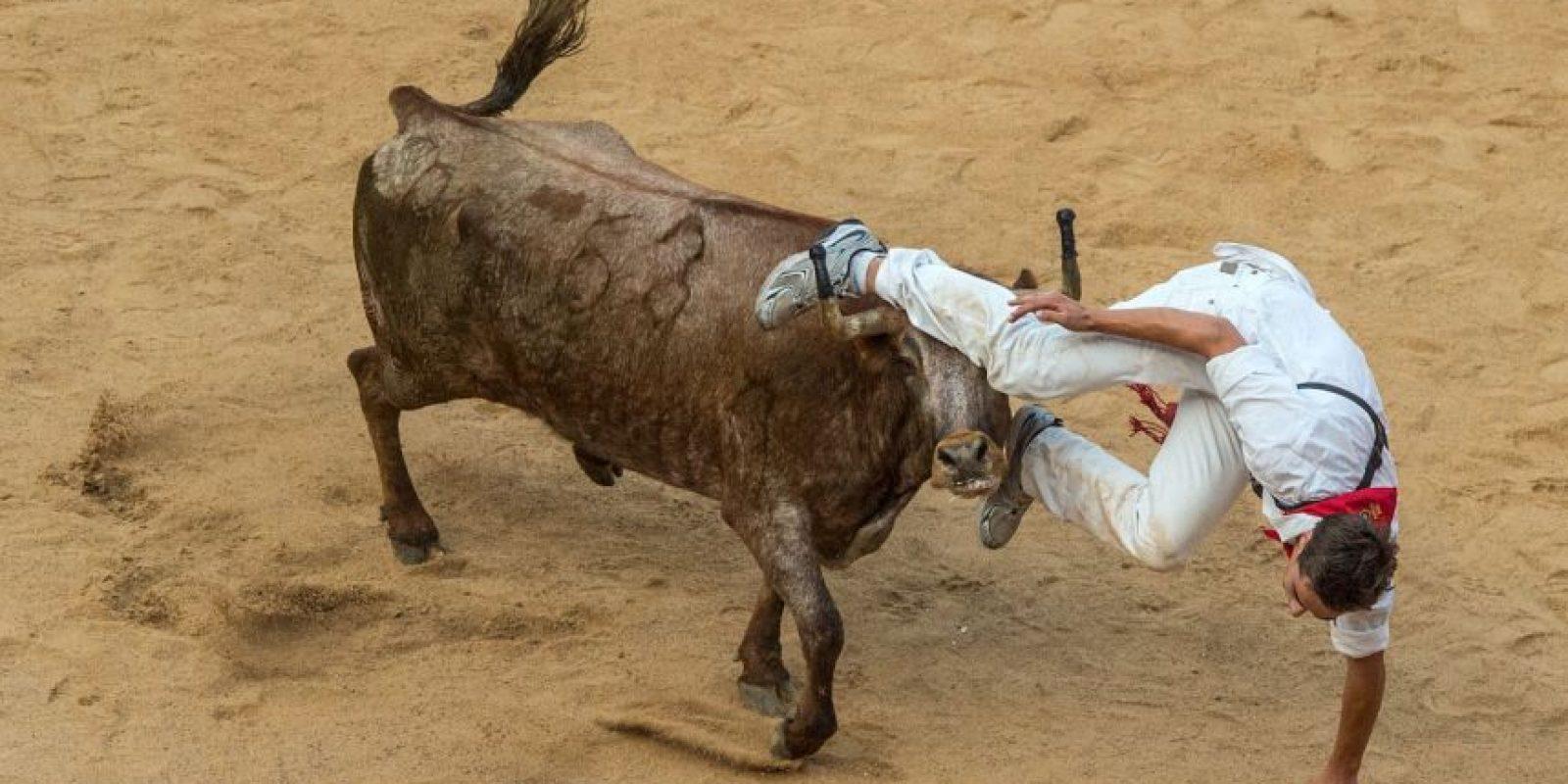 El hombre estaba grabando el encierro de unos toros. Foto:Getty Images