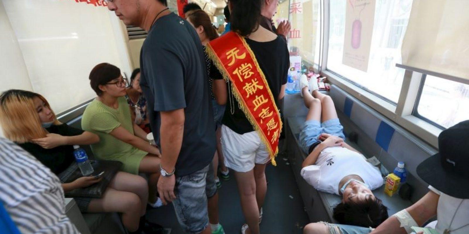 Cientos de personas acuden a los hospitales de la zona para donar sangre Foto:Getty Images