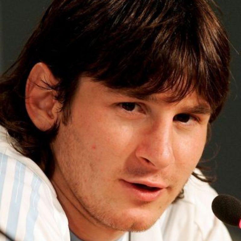 Lionel Messi comenzó a acaparar los reflectores cuando tenía 18 años, aunque por su look aparentaba más edad. Foto:Getty Images