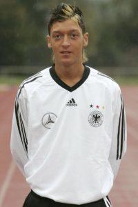 El crack alemán comenzó a despuntar en el Schalke 04 de Alemania, época en que llevó un look desenfadado de cabello largo, mechones rubios y aretes, con el que saltó a la fama. Foto:Getty Images