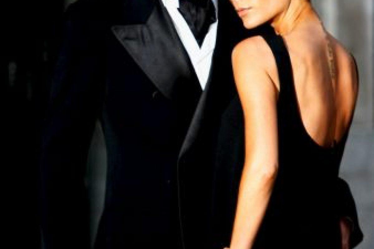 """Tras su boda con Victoria comenzó el David """"mediático"""". El mediocampista inglés se llenó de glamour, cambió radicalmente su imagen y se convirtió en el ídolo que hoy es, gracias en gran parte, a la """"asesoría"""" de su esposa con quien tiene cuatro hijos: Brooklyn, Romeo, Cruz y Seven Harper. Foto:Getty Images"""