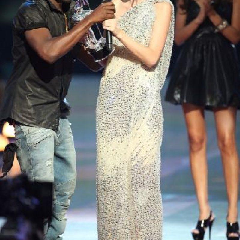 Durante la entrega de los Premios MTV VMAs en 2009, Kanye West interrumpió a Taylor en su discurso Foto:Getty Images