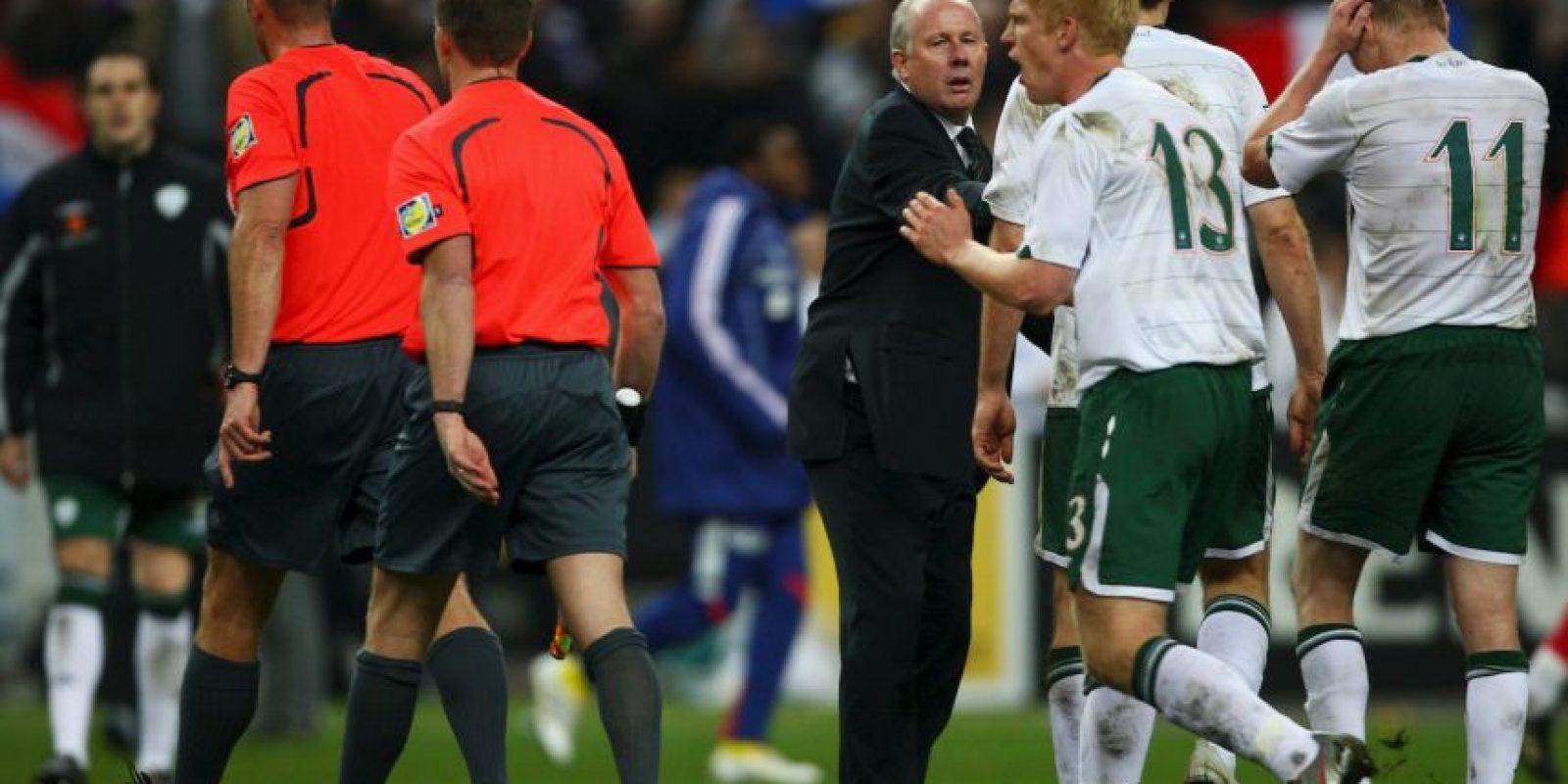 """Los irlandeses protestaron airadamente la mano de """"Tití"""", pero el silbante no los escuchó y dio como válido el gol de Gallas. Foto:Getty Images"""