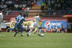 El delantero estuvo en el estadio para apoyar al representativo de su país. Foto:Publinews