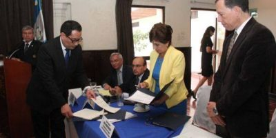 Mesa entrega reformas a la Ley de Contrataciones