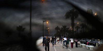Un paseo por el paseo marítimo de Beirut (Líbano). Una mujer con 'niqab' se cruza con unos jóvenes, ¿cómo se reconocerían en el caso de conocerse? Foto:AP Photo/Hassan Ammar