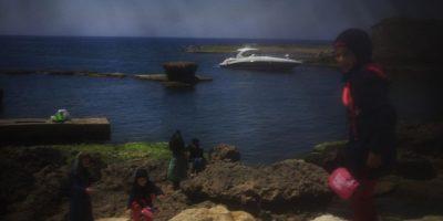 Una visión distorsionada de la antigua ciudad portuaria de Biblos, al Norte de Beirut (Líbano). Las niñas de la familia que está disfrutando de este día de sol y playa no llevan todo el rostro cubierto, por lo que ellas pueden observar los verdaderos colores, de los diferentes azules del mar y del cielo; y de la luz sin barreras. Foto:AP Photo/Hassan Ammar