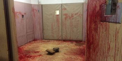 ¿O quizás la sangre es falsa? Pero…¿y si es real? Foto:vía Imgur