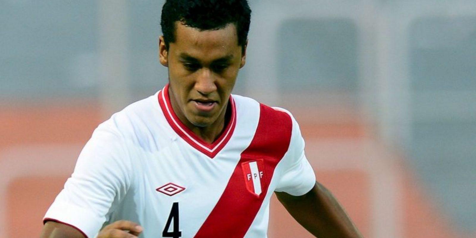 Renato Tapia (Perú). El defensa del Twente de Holanda padece un esguince de rodilla Foto:Getty Images