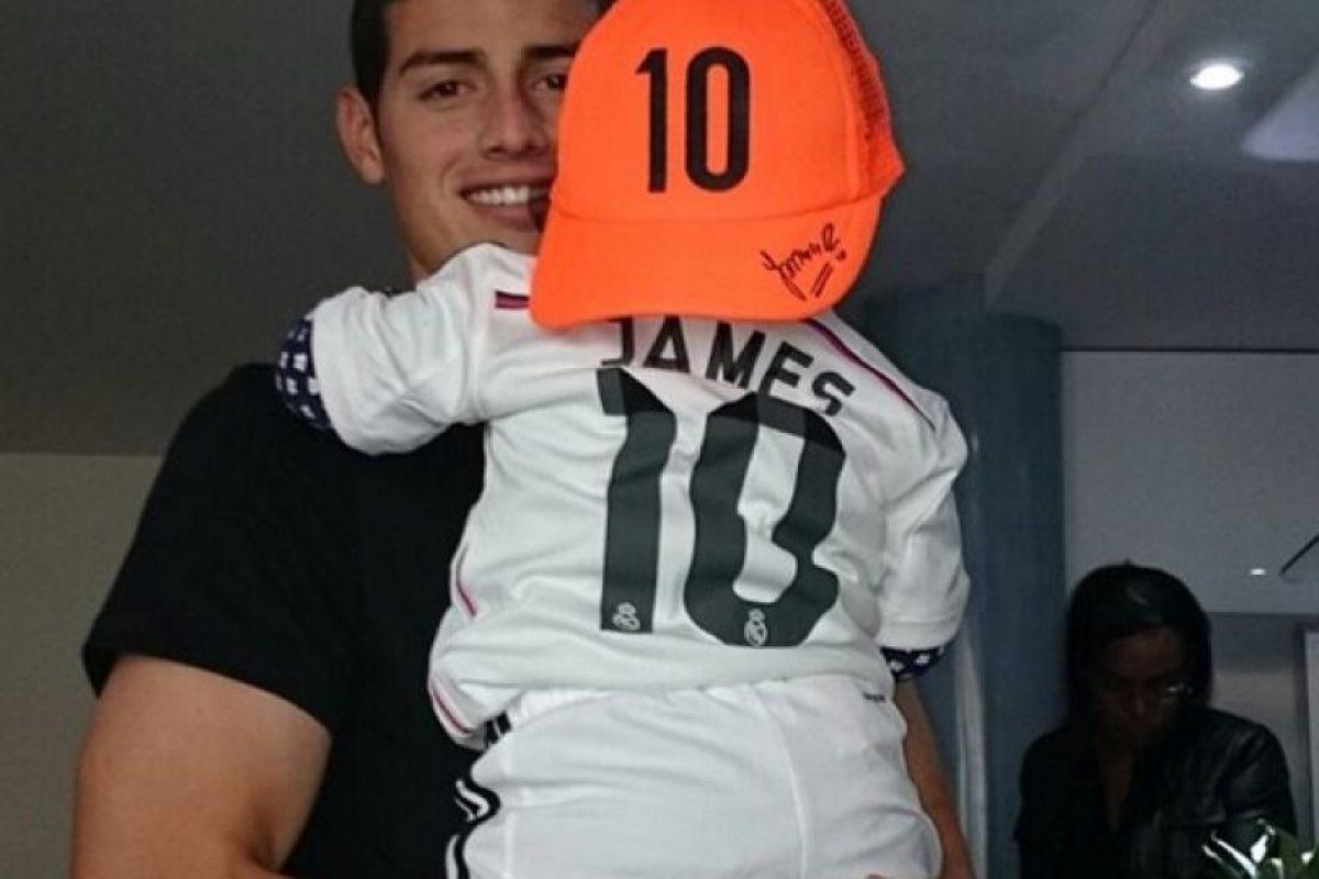 James y su hija con el uniforme del Real Madrid. Foto:Vía instagram.com/jamesrodriguez10
