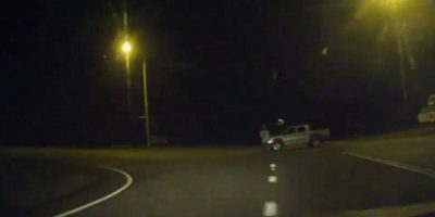 Esto le pasó a un aturdido hombre que iba conduciendo. Atrás iba su esposa. Foto:vía DashcamOwners Australia/Facebook