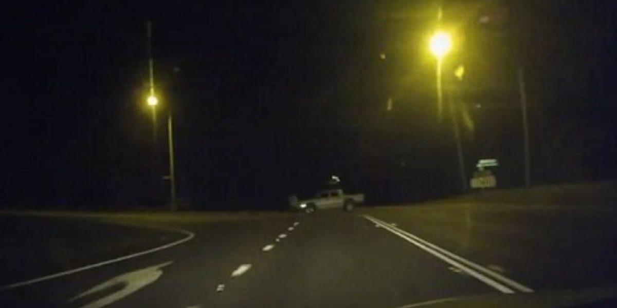 VIDEO: Esto puede pasarles si conducen en una carretera vacía en la madrugada