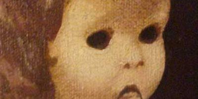 La horrible pintura encantada: fue subastada en el 2000, en eBay. Es una pintura con dos macabros niños. Cuando la recibió una familia, los niños de la misma afirmaron que los protagonistas del cuadro peleaban entre sí. Los padres pusieron una cámara por tres noches al frente de la pintura y vieron que el niño casi se salía de la misma. Por eso, ellos subastaron el cuadro en el sitio, contando toda la historia. No se sabe qué pasó con este. Foto:vía eBay