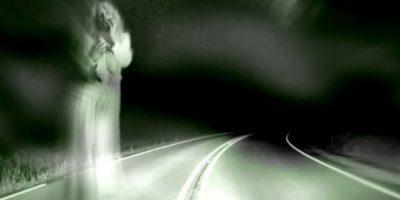 La chica de la carretera: su leyenda ha trascendido los siglos. En la Antigüedad paraba a jinetes y a carruajes para que la transportasen. Se dice que se aparece vestida de blanco en las curvas peligrosas, y le advierte al conductor que vaya más despacio. Una vez pasan la curva, ella informa al conductor que tenga precaución, ya que allí murió ella. Luego de que el conductor, atónito ( y si no se ha muerto del susto), vuelve a mirar su auto, ella ya no está. Foto:vía Wikia