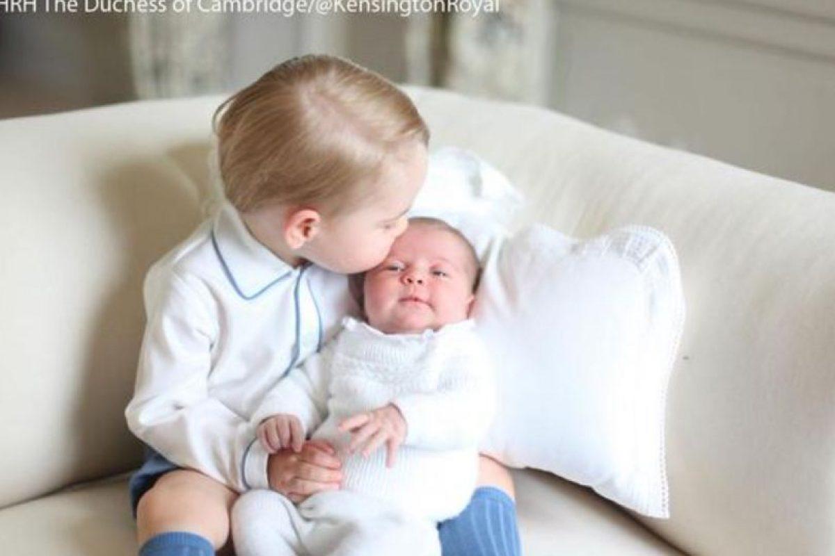 Un beso de bienvenida. Foto:Vía twitter @KensingtonRoyal