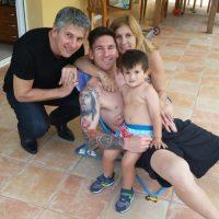 Lionel Messi con su hijo Thiago y sus padres, Jorge Messi y Celia Cuccitini. Foto:Vía instagram.com/leomessi
