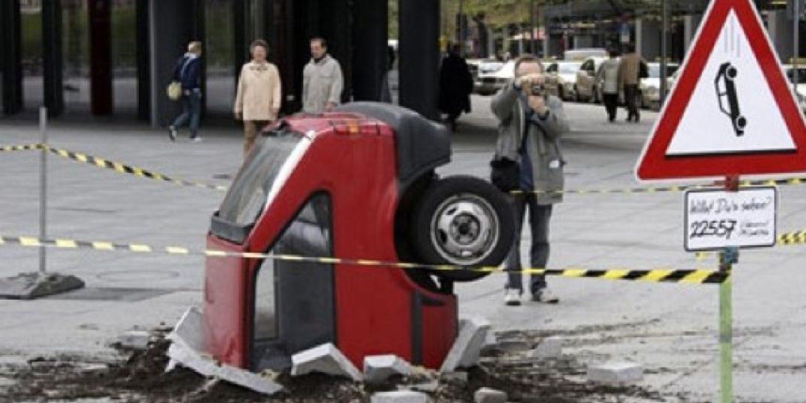 Cuidado auto tragado por el suelo Foto:Imgur