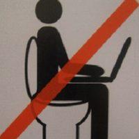 No entrar al baño con laptops Foto:Pinterest