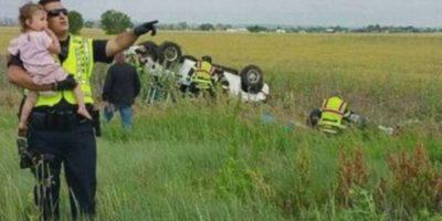 El oficial de la policía de Bringhton en Colorado, Estados Unidos, Nick Struck, distrajo a una pequeña para que no observara el momento en que el cuerpo de su padre era removido del automóvil en que viajaban y que se accidentó debido a que una de las llantas traseras del vehículo explotó. Foto:Jessica Matrious/Facebook