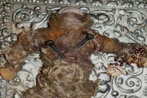 Pero el muñeco comenzó a aparecérsele en sueños y a atacarla. Trató de venderlo otra vez en eBay con éxito, pero el comprador recibía una caja vacía y el muñeco seguía apareciendo. Ahora el muñeco lo tiene un cazafantasmas. Foto:vía Haunted America Tours