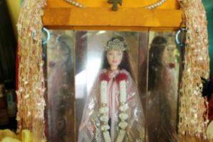 La Barbie de Pulau Ubin: cuenta la leyenda que una pareja de alemanes fue capturada en Singapur, a comienzos de la Primera Guerra Mundial, acusada de espionaje. Era 1914. Su hija trató de huir, pero murió al caer en un precipicio. Foto:vía Youtube