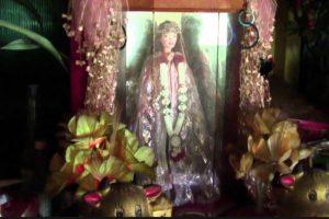 En honor a la niña, los lugareños le crearon un pequeño santuario. Un día, un hombre soñó que una niña blanca lo llevaba de la mano a una tienda y este le compraba una muñeca Barbie. Eso fue en 2007. El sueño fue tan repetitivo, que el hombre encontró en otra tienda la muñeca que la niña quería. La compró y la reemplazó en el altar. Foto:vía Youtube