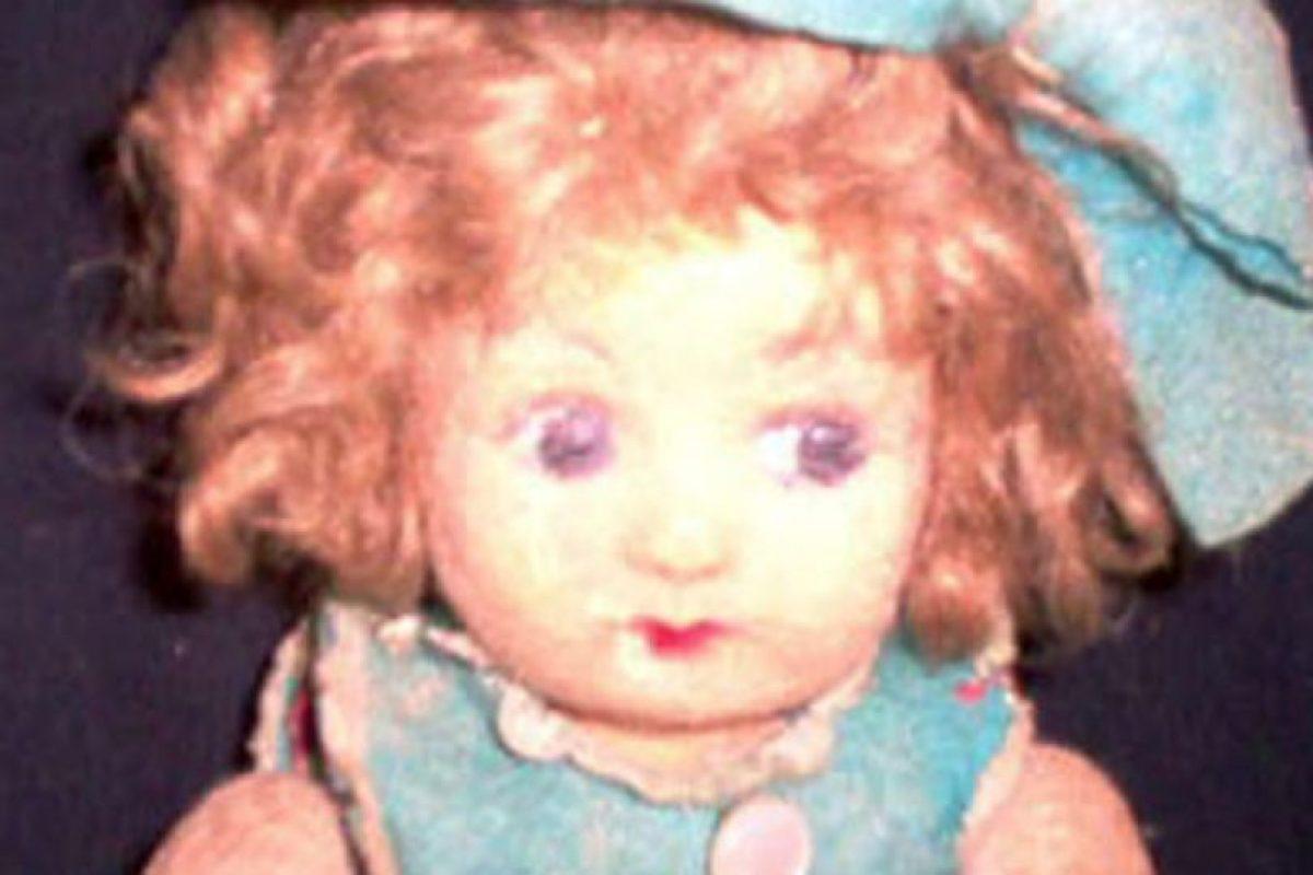 La dueña murió en 2005 y la familia puso a Pupa en una vitrina. Ahí han afirmado que la muñeca cambia de posición y que también cambia su expresión facial. Foto:vía Haunted America Tours