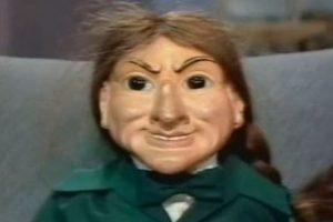 """Letta, la muñeca gitana: en 1972, Kerry Walton fue al funeral de su abuela y decidió enfrentar un miedo que la tenía aprisionada desde niña. Visitó un edificio abandonado que le daba pánico. Ahí, encontró una """"marioneta"""" que resultó ser el muñeco que un gitano creó hace 200 años para su hijo ahogado. Supuestamente, el espíritu del muerto se transfirió a este, pues tiene cabello humano. Foto:vía The Paranormal Guide"""