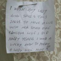 """Se encontró una nota que decía: """"Ojalá su dueña sea tan feliz como la que lo usó primero. Mi esposa por 56 años"""". Foto:vía eBay"""