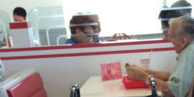 """Reddit sacó a la luz una historia sumamente emotiva, donde una empleada de McDonalds, Lili Ketie, relata cómo ha sido el amor entre un par de ancianos. """"Hace 10 años, cuando trabajaba en McDonald's, una pareja de abuelos venía cada domingo por la mañana. Él se llamaba Hazel y ella Brett. Yo me encargaba de revisar que el lugar estuviera limpio y de brindar a los clientes algún tipo de aderezo para su comida"""", mencionó Ketie. Tiempo después de haberlos conocido la empleada del lugar hizo amistad con ellos. Incluso, los ancianos pidieron al gerente permiso para que ella los acompañara en cada desayuno. Pronto se hicieron amigos inseparables, hasta que por un lapso de tres meses no supo nada de ellos. No sabía sus apellidos, ni el lugar donde vivían. Sin embargo, en el momento de más desesperación vio entrar a Hazel sin Brett. Ketie sabía que algo malo estaba pasando, cuando el abuelo le confesó que Brett había muerto. A pesar de ello el abuelo sigue llendo al mismo lugar, sentándose en la misma mesa con un retrato de Brett. Foto:vía Reddit"""