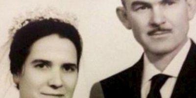 """Beatriz, de 89 años, y Fernando, de 98, estuvieron casados por 54 años y no se separaron ni en sus últimos momentos. Una neumonía les obligó a ingresar en el hospital de Porta-Coeli, en Valencia, España, donde vivirían su último episodio de amor, según publicó recientemente Levante-emv.com. El suceso fue presenciado por su hija Beatriz, quien se encargaba de cuidar a la pareja. Durante la noche de su deceso, los esposos pasaron el tiempo tomados de la mano. Beatriz notó que su madre se quedaba fría y sin pulso, y cuando lo quiso comentar a su padre, descubrió que a él le había ocurrido lo mismo. El médico certificó la muerte de ambos a las tres de la madrugada, ya que cuando Beatriz llamó a los doctores nada pudieron hacer. """"Ambos murieron a la misma hora, pero con minutos de diferencia, pues mi padre estaba más frío"""". Beatriz aclaró que los dos preguntaban constantemente como se encontraba el otro: """"No pensaban en su propio estado, sólo en el de su pareja"""", dijo. Foto:vía Youtube"""