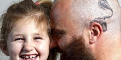 Este padre se tatuó la prótesis de su hija para darle confianza. Foto:vía Imgur