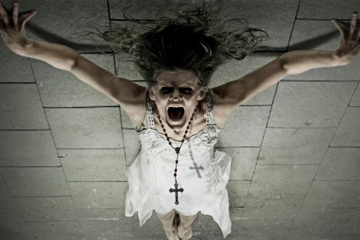 Se había destrozado las rodillas en ataques de genuflexión compulsiva (600 al día). Se escondía debajo de la mesa, ladrando como un perro durante un par de días. Comía arañas, carbón y le arrancó la cabeza de un mordisco a un pájaro muerto. Lamía su propia orina del suelo y podía oírsele a través de la pared gritando durante horas. Foto:vía Universal