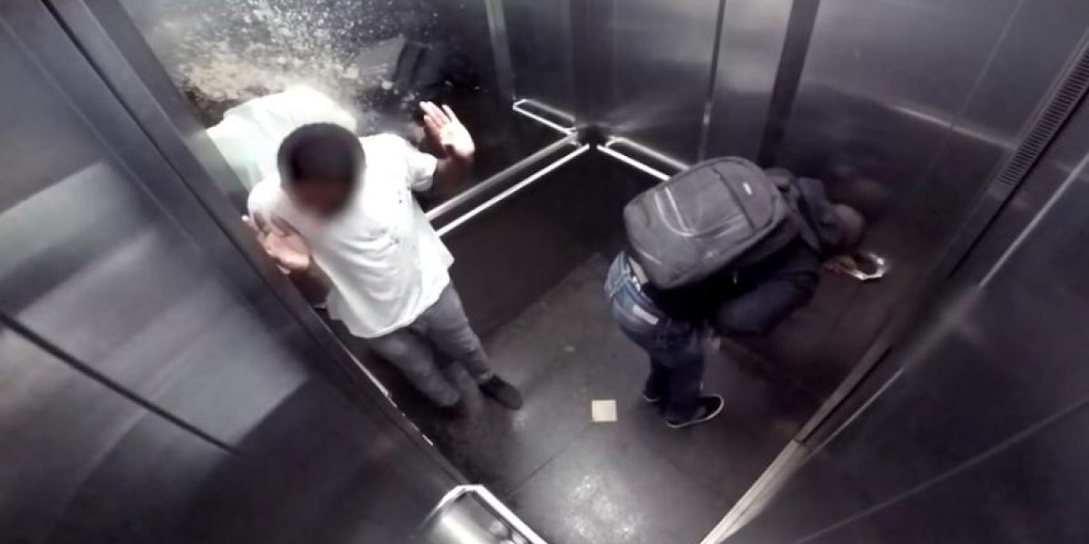 Video: Esta podría ser la broma más asquerosa en un elevador