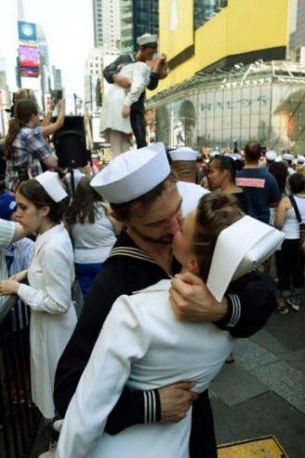 El 14 de agosto las parejas visitan Time Square Foto:AFP