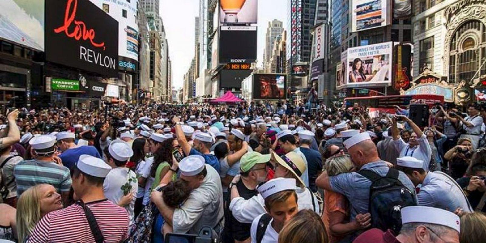 Así se vivió el momento del beso masivo Foto:twitter.com/XHNews