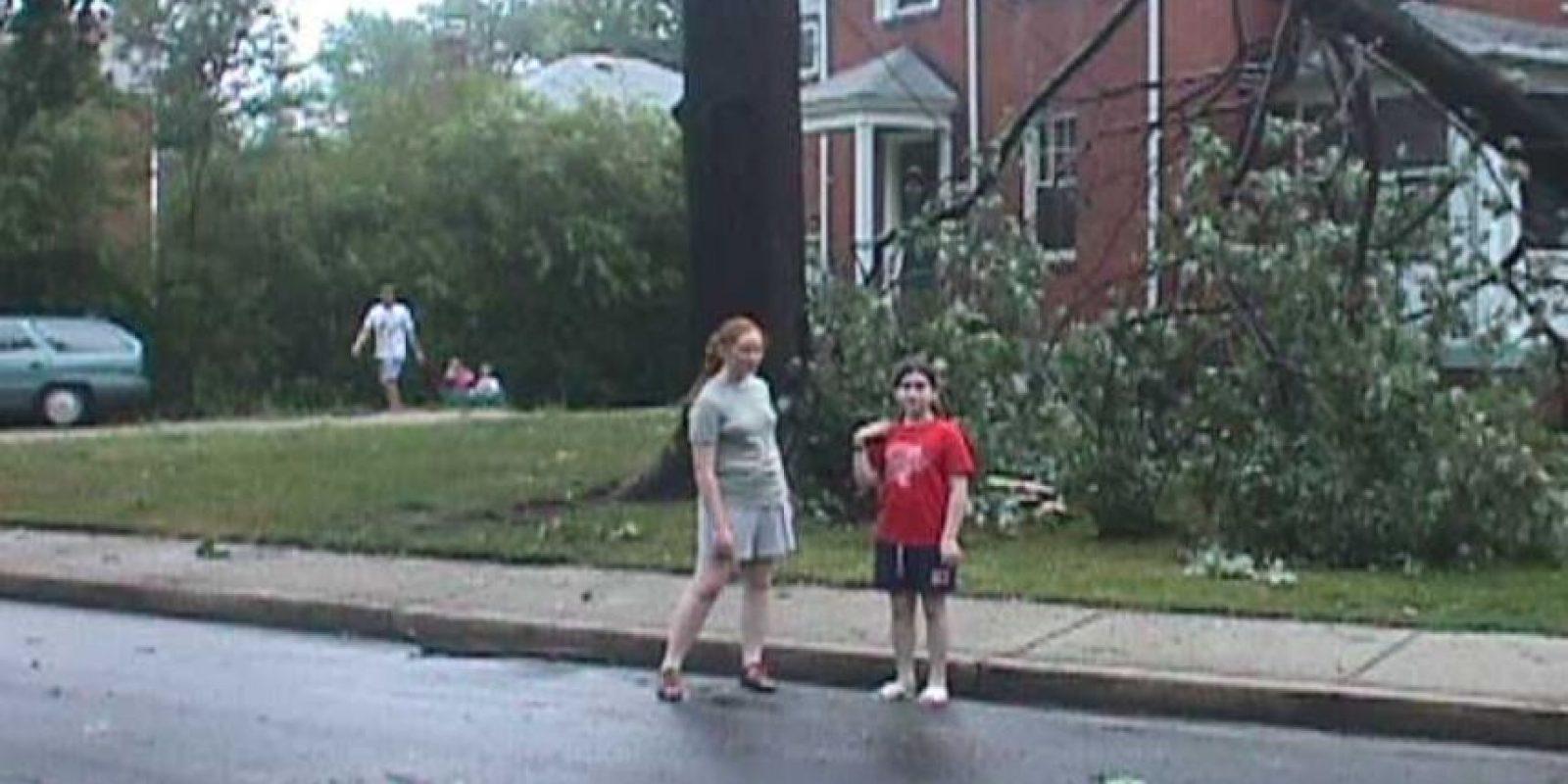 10. Fíjense en la ventana de la planta baja, justo detrás de la niña de rojo. Foto:Scaryforkids