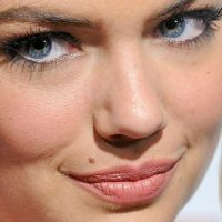 Kate Upton y sus arrugas. Foto: vía Celebrity Closeup/Tumblr