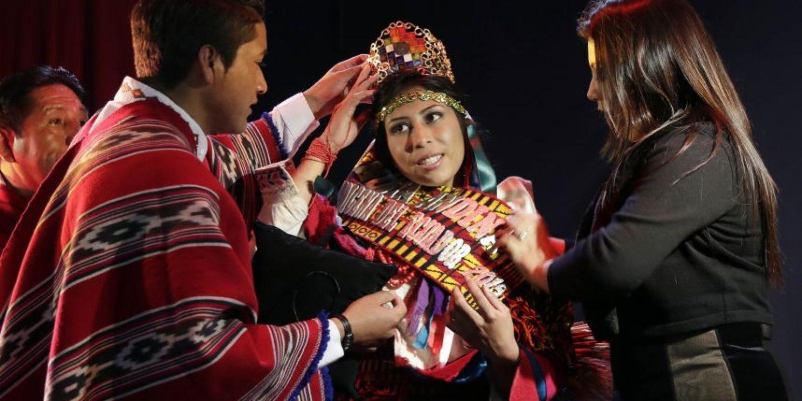 En esta imagen del sábado 23 de mayo de 2015, Jenny Guillin, una nativa puruha de 19 años, es coronada como ganadora del concurso de belleza Reina Indígena en el teatro Casa de la Cultura en Quito, Ecuador. Los organizadores señalaron que ahora la joven podrá participar en el concurso Miss Ecuador. Foto:AP Foto/Dolores Ochoa