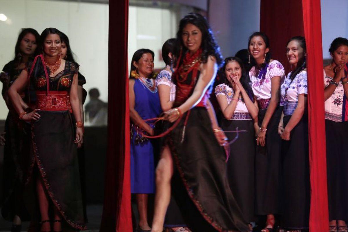 En esta imagen del viernes 22 de mayo de 2015, Jenny Guillin, de 19 años y de la comunidad puruha, camina por el escenario al comienzo del concurso Reina Indígena en el teatro Casa de la Cultura en Quito, Ecuador. Los zapatos negros de tacón eran la única prenda realmente occidental que se mostraba. Guillin fue coronada como la ganadora del concurso. Foto:AP Foto/Dolores Ochoa
