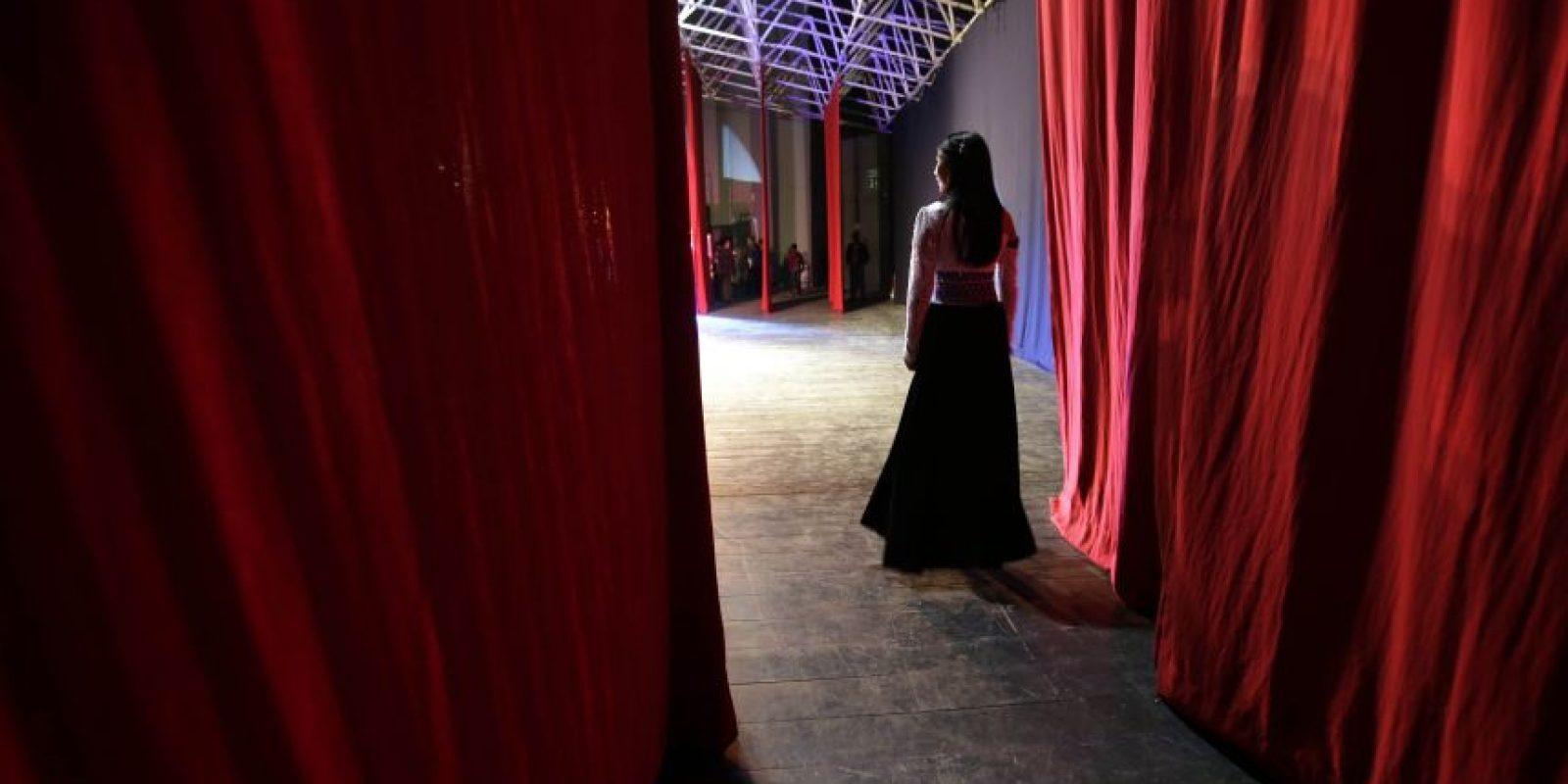 En esta imagen del viernes 22 de mayo de 2015, Amarani Jeres, india salasaka, camina por el escenario mientras compite en la categoría de vestido nativo estilizado durante el concurso de belleza Reina Indígena en el teatro Casa de la Cultura en Quito, Ecuador. Las participantes deben pertenecer a una comunidad indígena y dominar una lengua nativa. Foto:AP Foto/Dolores Ochoa