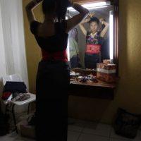 En esta imagen del viernes 22 de mayo de 2015, Patricia Grefa, de la provincia ecuatoriana de Pastaza, se recoge el pelo en un vestuario del teatro Casa de la Cultura mientras se prepara para el desfile de participantes del concurso Reina Indígena en Quito, Ecuador. Once mujeres de todo el país participaron en el concurso. Foto:AP Foto/Dolores Ochoa