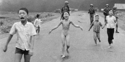 """Ahora conocida como la """"niña del napalm"""". Foto:AP"""