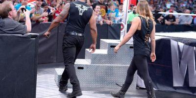 La estrella de la UFC fue invitada por La Roca en Wrestlemania XXXI Foto:WWE