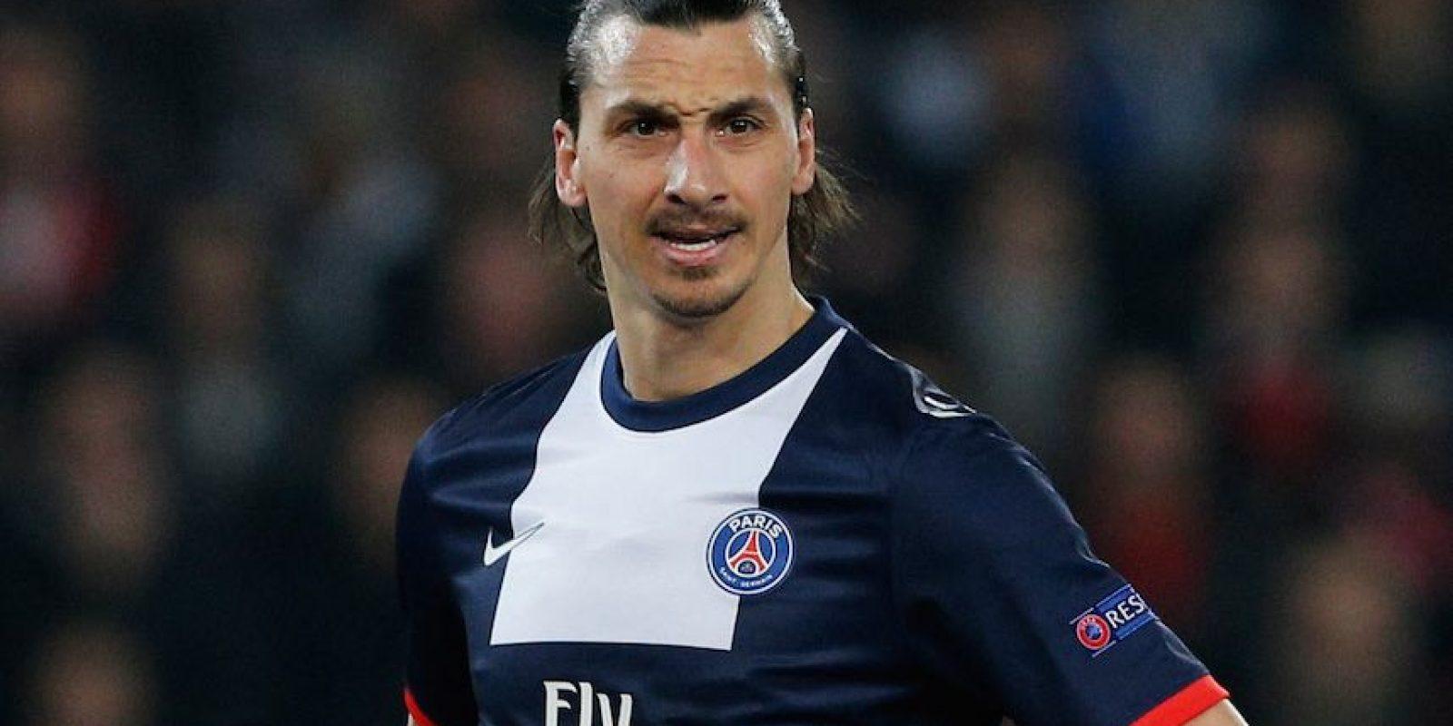 """Ya en la Ligue 1, Zlatan volvió a mostrar su arrogancia con un gesto a un jugador del Saint Etienne. Ibrahimovic cometió una falta durante el partido y ante las protestas del rival, sonrió y volteó a ver la camiseta del jugador, para así """"saber quién era"""". Foto:Getty Images"""