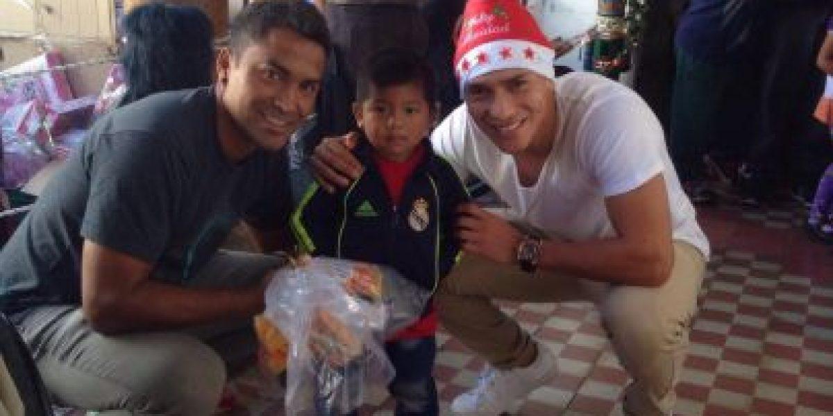 Futbolistas comparten la Navidad con niños lustradores