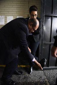 Su abogado Benjamín Estrada la auxilia con el calzado. Foto:Publinews
