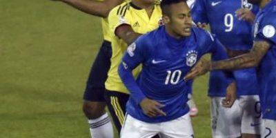 #Chile2015 VIDEO. Bacca envió lejos a Neymar con este empujón