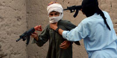 Niños juegan co armas de juguete en Afganistán. Foto:AFP