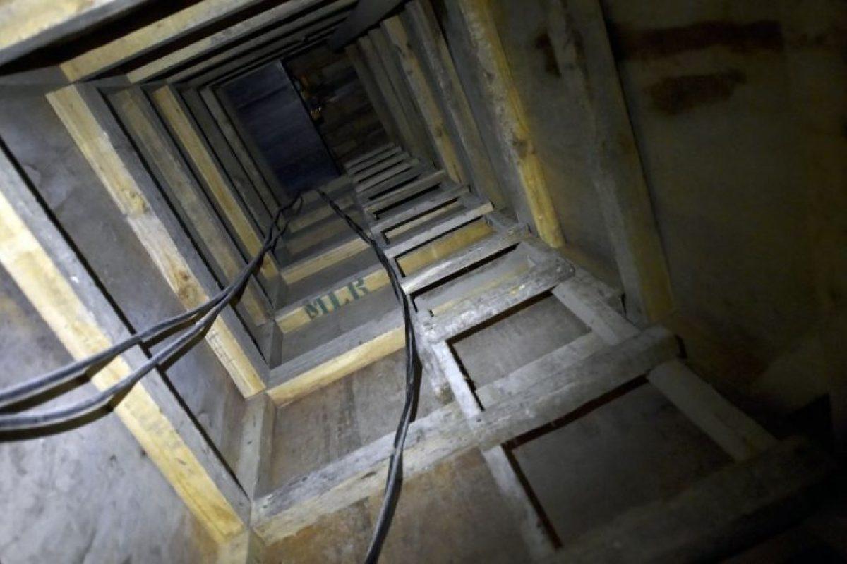Lo condujo por una serie de tres túneles, que se extienden en más de kilómetro y medio Foto:AFP